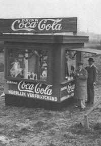 図5.アムステルダム大会に出店されたコカ・コーラのキオスク Oskar Forsgren och Karin Hedblom, Drink!:En analys av The Coca-Cola Company's marknadsföringshistoria ur ett Moderniseringsperspektiv, 2009, s.40
