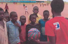 図15.ザンビアで子どもたちにスポーツを通してHIV/エイズの啓蒙活動をする「Kicking AIDS Out Network」 Right To Play, From the Field: Sport for Development and Piece in Action, 2017,p.14