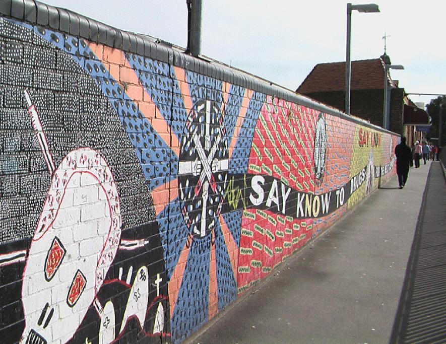 図9.レッドファーン駅の壁絵。2004年にこの駅は人種暴動によって焼け落ちた。コミュニティーの回復を願う絵が描かれている。 筆者撮影
