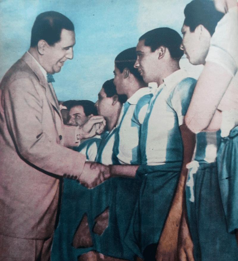 図9. 「エビータ選手権」に参加する少年たちに挨拶するペロン Mundo Deportivo (8 de noviembre de 1951), p.56