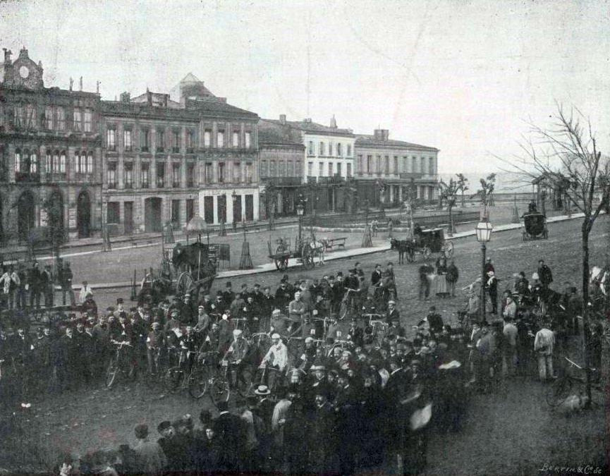 図8.第1回ボルドー・パリ間自転車レースのスタート(1891年5月23日、午前5時) Le Sport universel illustré. 14 mai 1898. (https://www.commons.wikimedia.org/wiki/File:D%C3%A9part_du_premier_Bordeaux-Paris,_en_1891-_2.jpg)