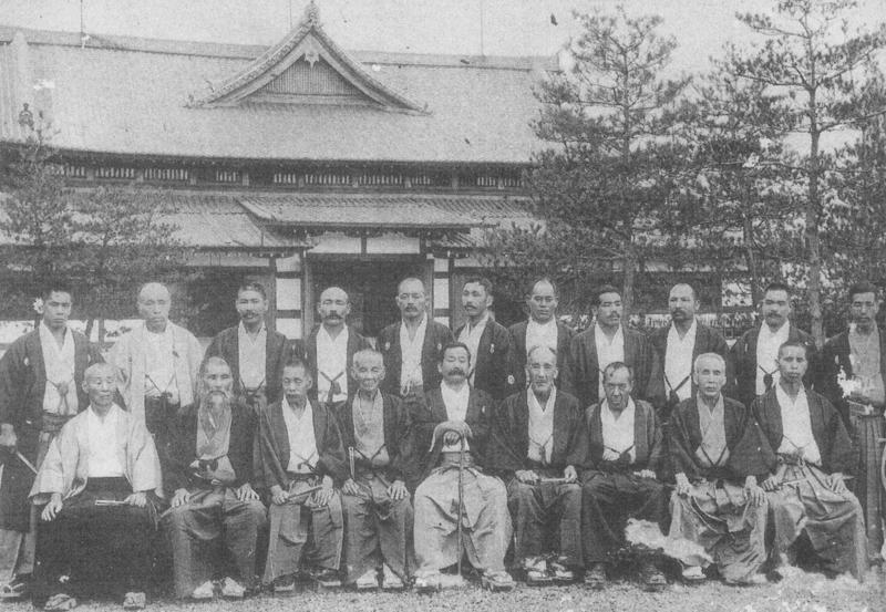 図3.武徳会柔術形制定委員(前列中央が嘉納治五郎、後ろの建物は武徳会本部、1906年) 『武徳誌』第2篇第3号、1907年3月
