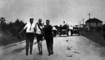 図1.1904年に行なわれた第3回オリンピックのマラソンで、23マイル付近を走るヒックスの様子 Charles J. P. Lucas, The Olympic Games 1904, St.Louis, 1905, p.58