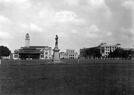 図1.1910年代の「パダン」。シンガポール・クリケット・クラブは、スタンフォード・ラッフルズの銅像の左側、旧市庁舎と最高裁判所の右側に位置している。シンガポールレクリエーションクラブは写真のこちら側、クリケットクラブの向かい側に位置している。 https://commons.wikimedia.org/wiki/File:Souvenir_of_Singapore,_1914_-_Plate_12_-_Singapore_Cricket_Club,_Town_Hall,_Supreme_Court_and_Europe_Hotel.jpg#/media/File:Souvenir_of_Singapore,_1914_-_Plate_12_-_Singapore_Cricket_Club,_Town_Hall,_Supreme_Court_and_Europe_Hotel.jpg