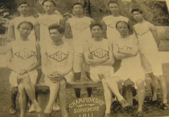 """図1.セントジョンズ大学の陸上競技選手。辮髪のものと断髪のものがいる。 """"Sophomore Champion Athletic Team, 1911,"""" St. John's Echo, June, 1911"""