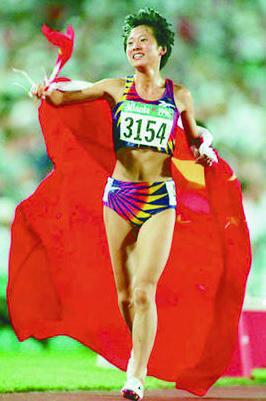図10.馬俊仁と袂を分かったあと、アトランタ五輪女子5000メートルで優勝した王軍霞 https://www.baike.baidu.com/item/%E7%8E%8B%E5%86%9B%E9%9C%9E/3149246?fr=aladdin