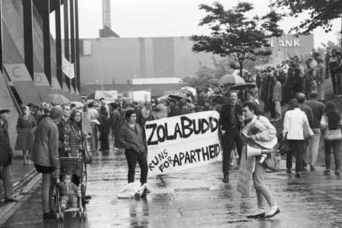 図3.イギリスでの反アパルトヘイト運動:ゾーラ・バッドの競技会出場に抗議する人びと スコットランドの新聞『スコッツマン』ホームページ(https://www.scotsman.com/sport/athletics/zola-budd-returns-to-scotland-32-years-after-apartheid-demo-1-4451582)