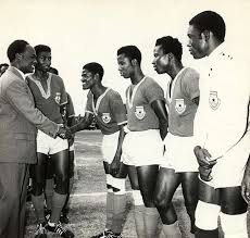 図2.ガーナ初代大統領ンクルマ(左)と彼が設立したクラブチーム「レアル・リパブリカン」の選手たち https://www.physicalculturestudy.com/2015/01/27/its-complicated-nkrumah-football-and-african-history