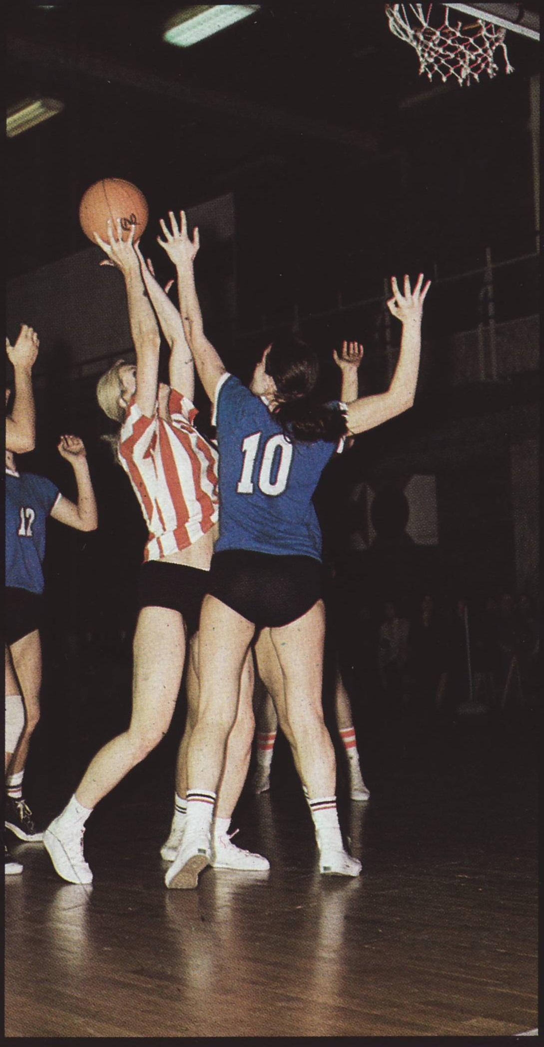 図2.女子バスケットボールの試合風景 Review, December, 1978, p.26