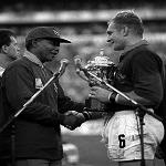 図4.ラグビー・ワールドカップ(1995年)で、南アフリカ主将フランソワ・ピナールに優勝杯エリス・カップを授与する同国大統領マンデラ https://www.sahistory.org.za/article/south-africa-held-and-won-rugby-world-cup-1995